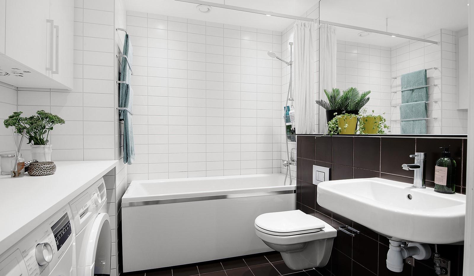 Liljeholmsvägen 12, 6tr - Snyggt helkaklat badrum med tvättmaskin, torktumlare, badkar och golvvärme