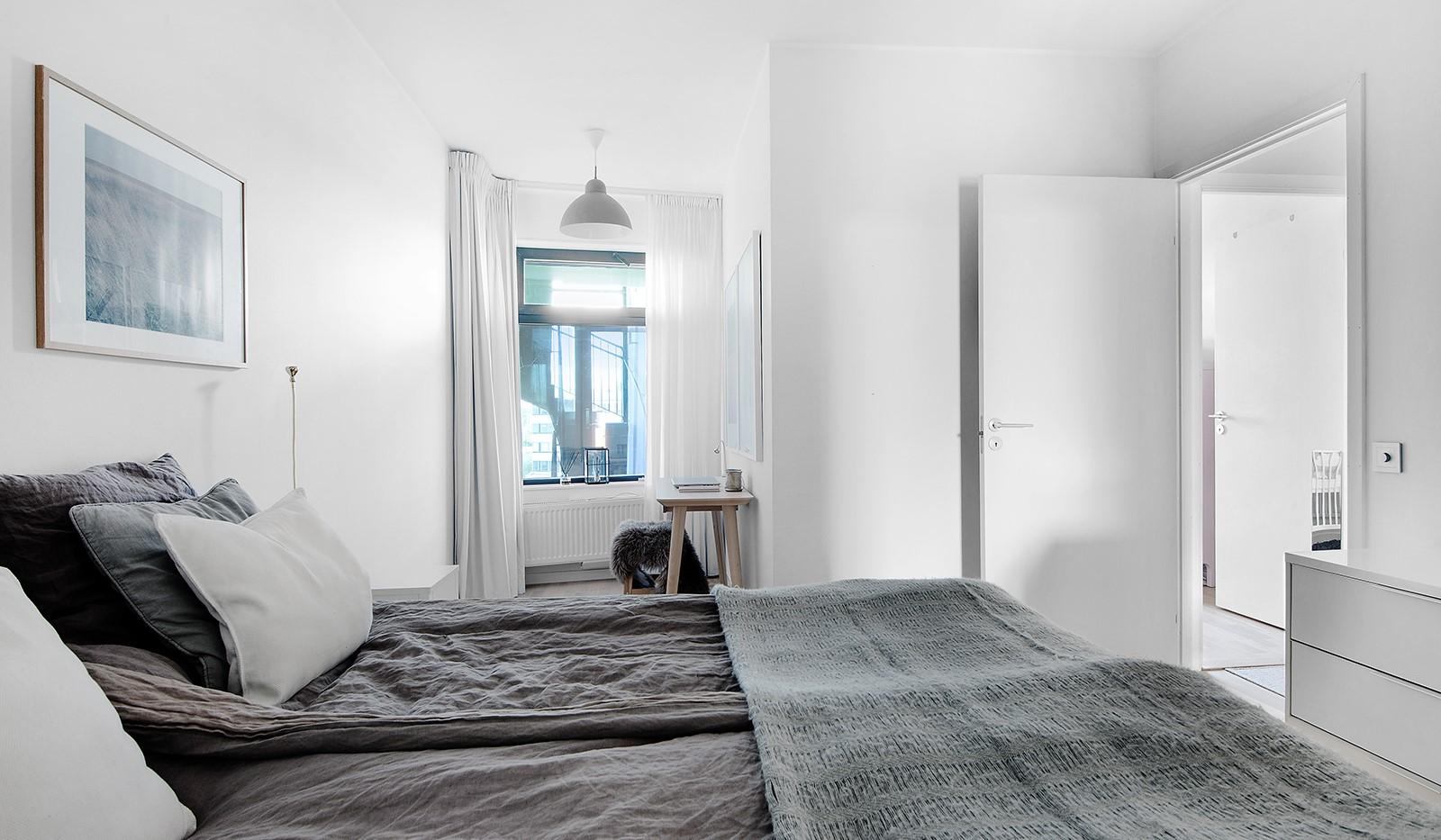 Liljeholmsvägen 12, 6tr - Stort sovrum med tillhörande del för arbetsplats