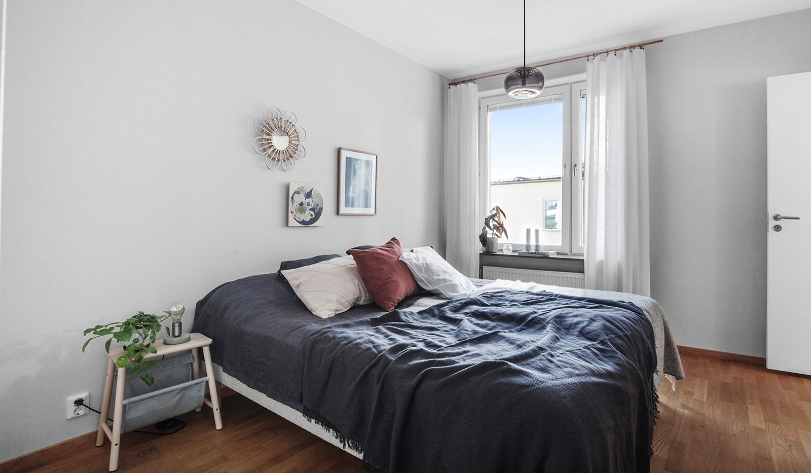 Hammarby Allé 119, 5 tr - Rymligt sovrum mot lugn gård