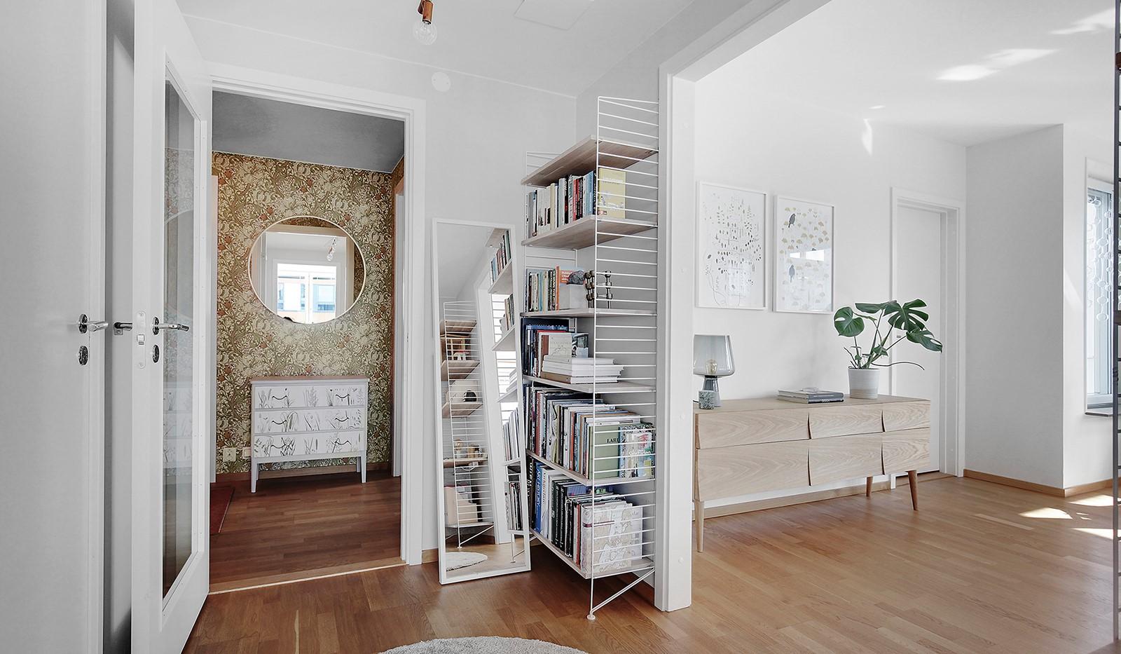 Hammarby Allé 119, 5 tr - En vacker glasdörr leder oss in från hallen