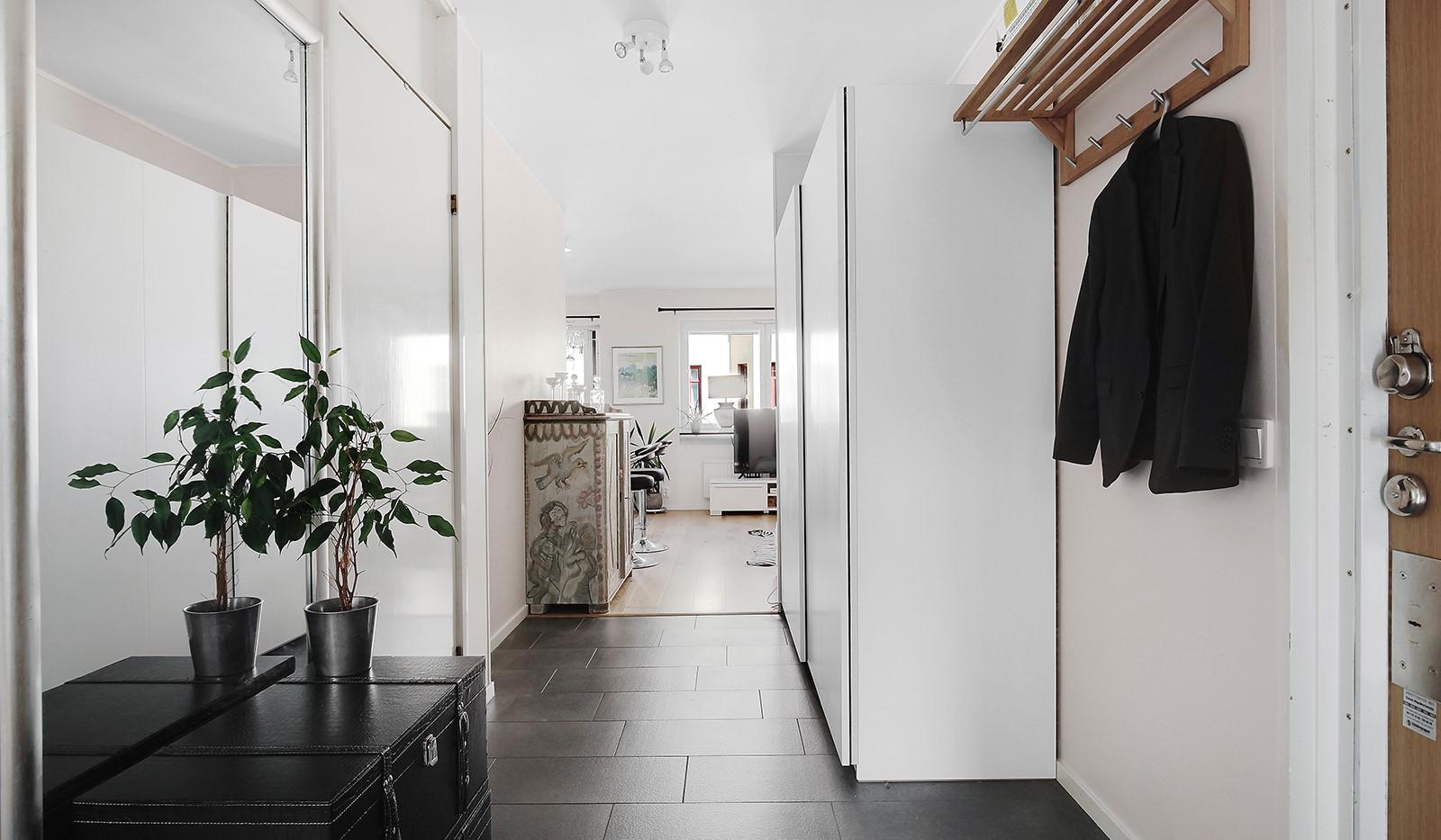 Hornsgatan 37, 4 tr - Rymlig hall med plats för ytterkläder + 4 garderober