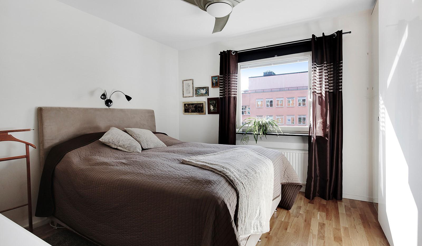 Hornsgatan 37, 4 tr - Sovrum 1 mot gården med garderobsvägg