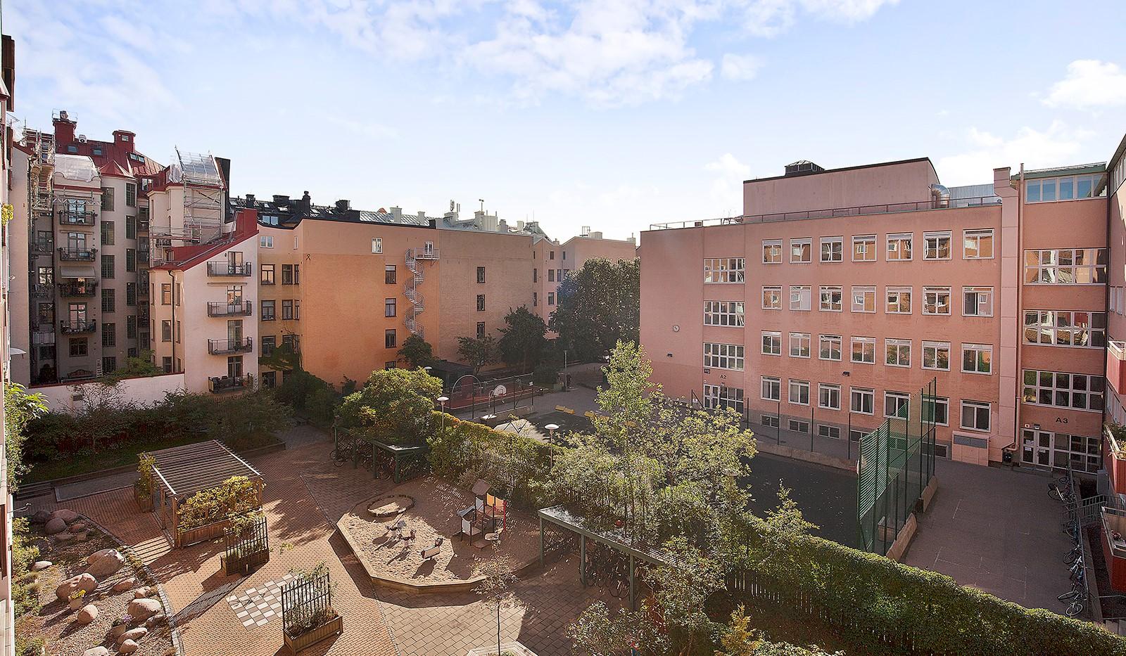 Hornsgatan 37, 4 tr - Utsikt från balkongen mot den stora fina gården