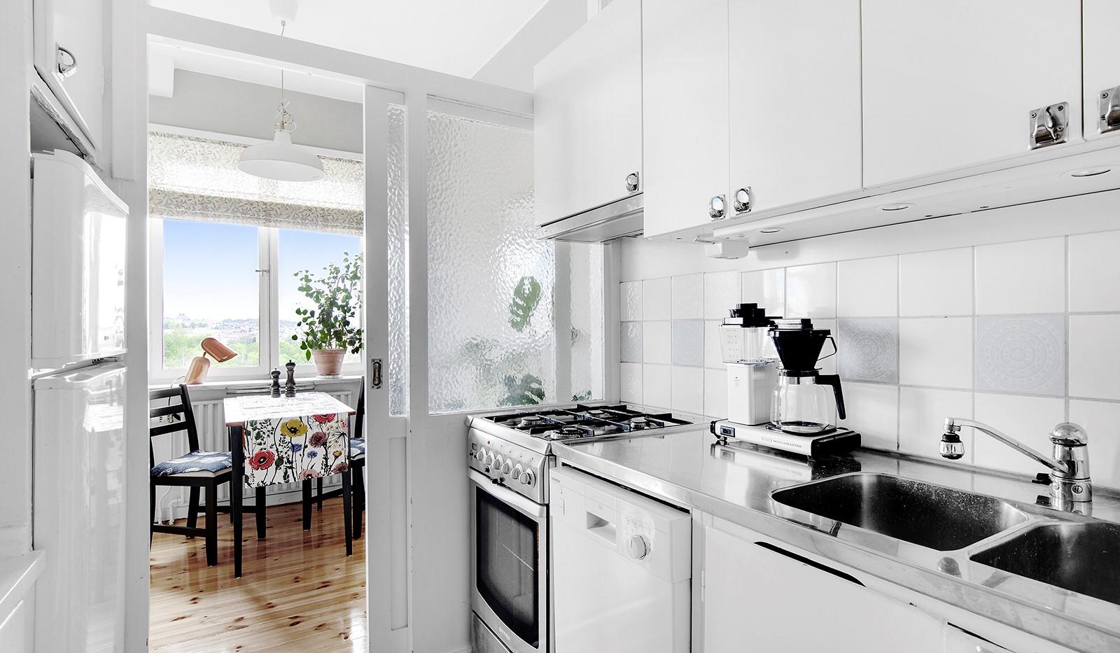 Heleneborgsgatan 20 - Vacker glasad skjutdörr skiljer kök och matplats.