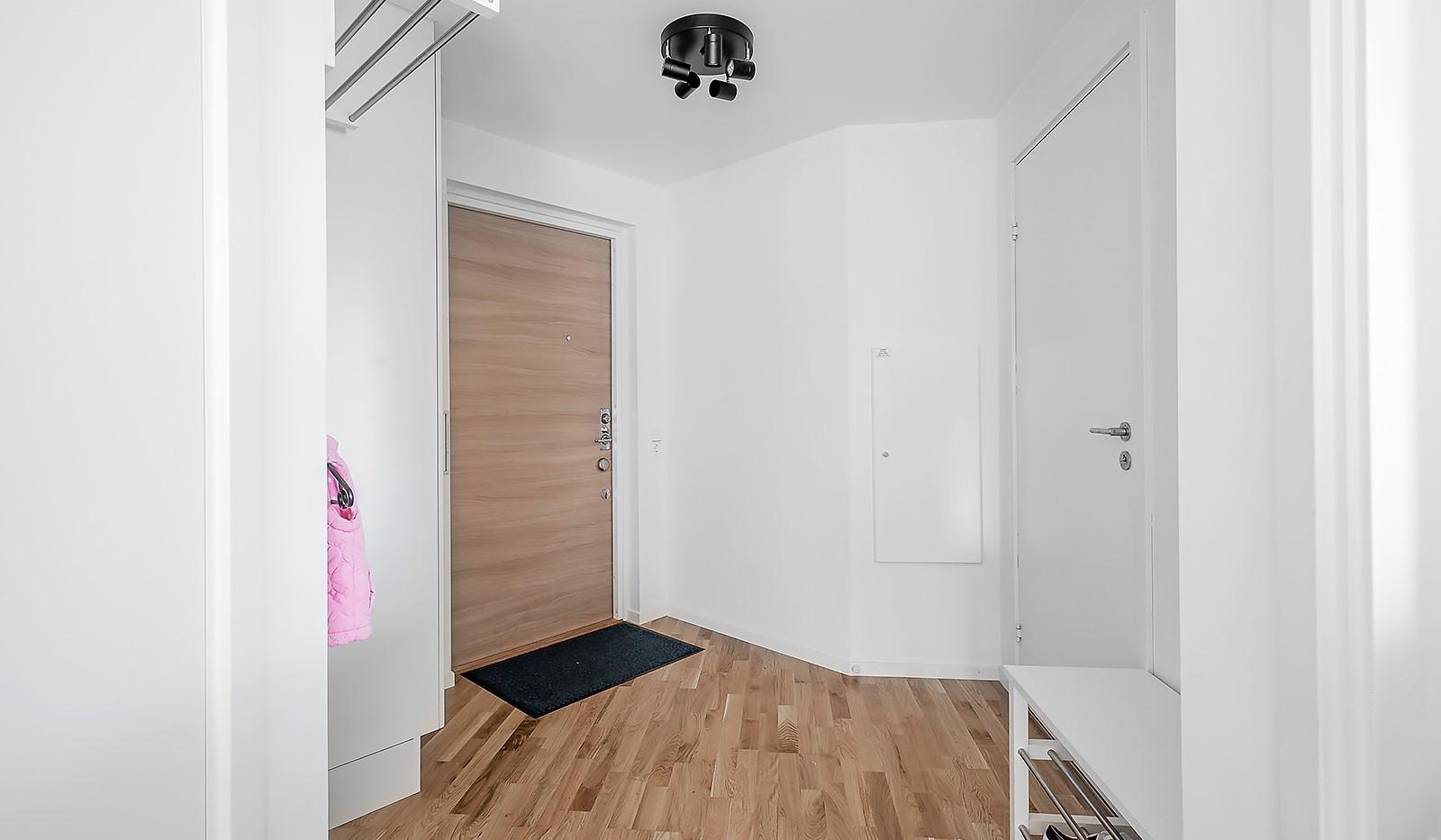 Hammarby Allé 15, vån 5 - Välkomnande hall med plats för förvaring