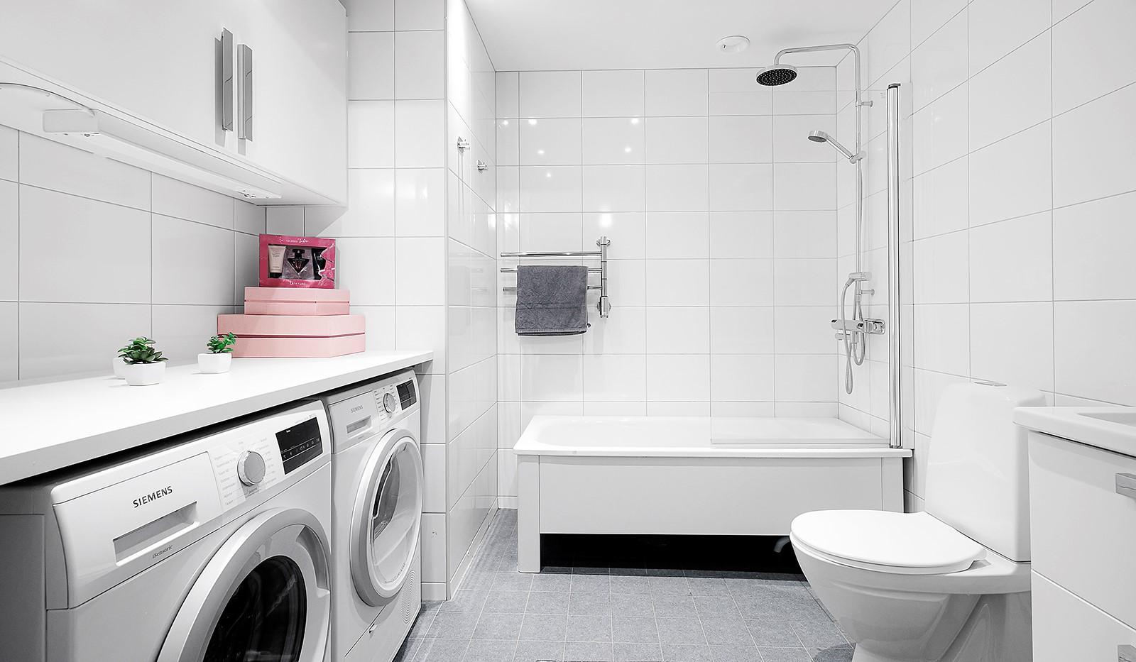 Hammarby Allé 15, vån 5 - Stilrent badrum utrustat med praktisk tvättavdelning