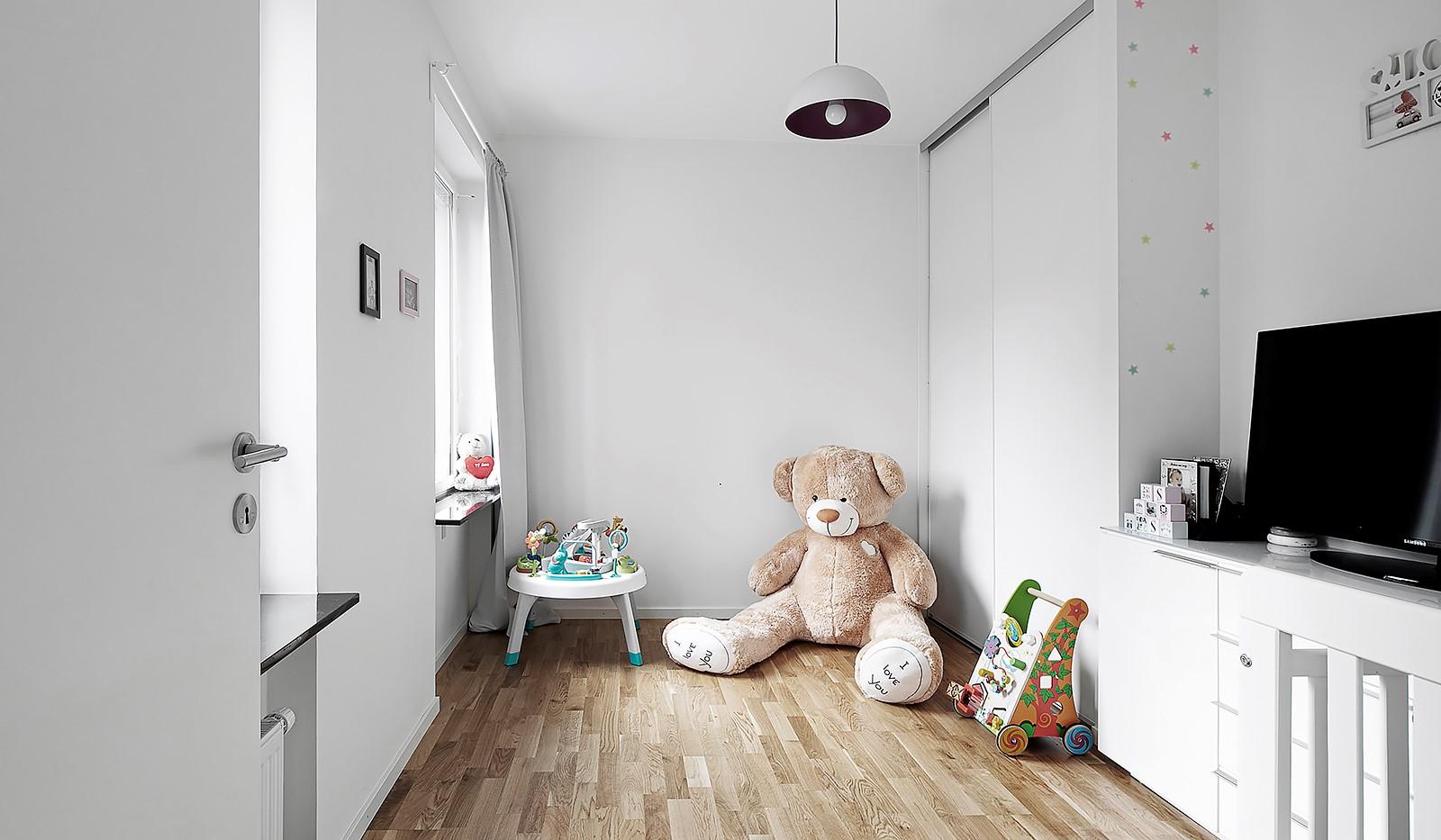 Hammarby Allé 15, vån 5 - Trivsamt sovrum med smart skjutdörrsgarderob