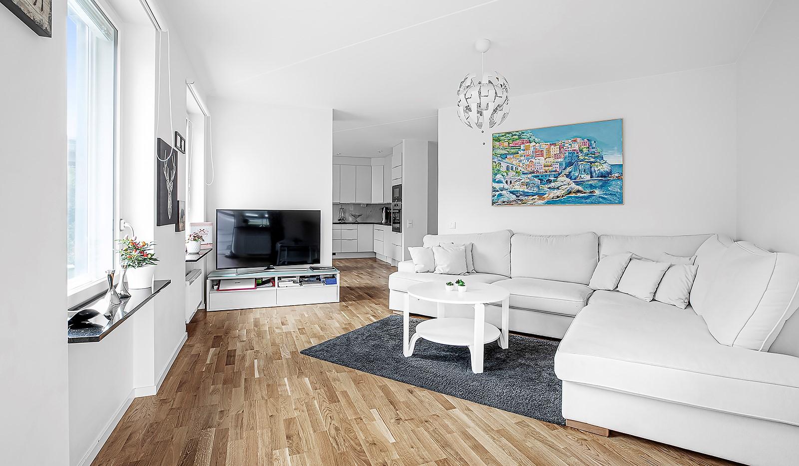 Hammarby Allé 15, vån 5 - Vardagsrummet rymmer en större soffgrupp
