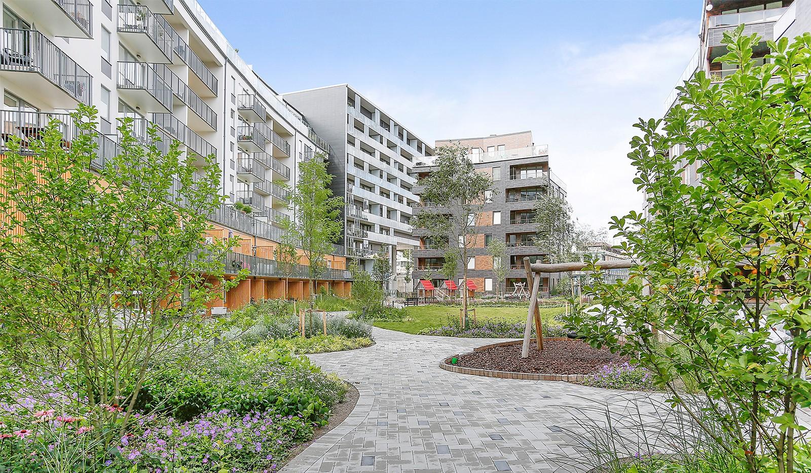 Hammarby Allé 15, vån 5 - Grönskande gård med sjöutsikt