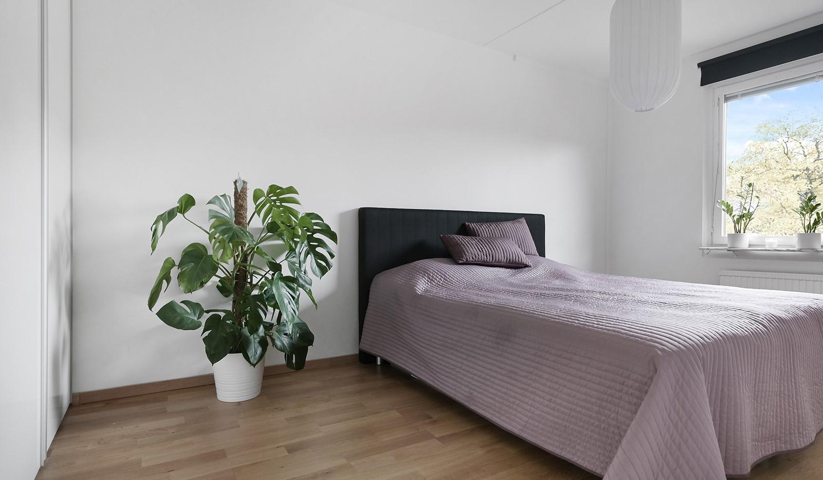 Grusåsgränd 85 - Rymligt sovrum med skjutdörrsgarderob
