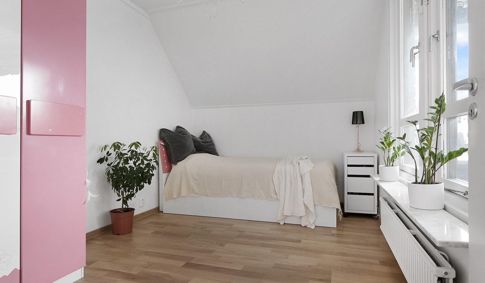 Grusåsgränd 85 - Ljust och luftigt sovrum på övre plan