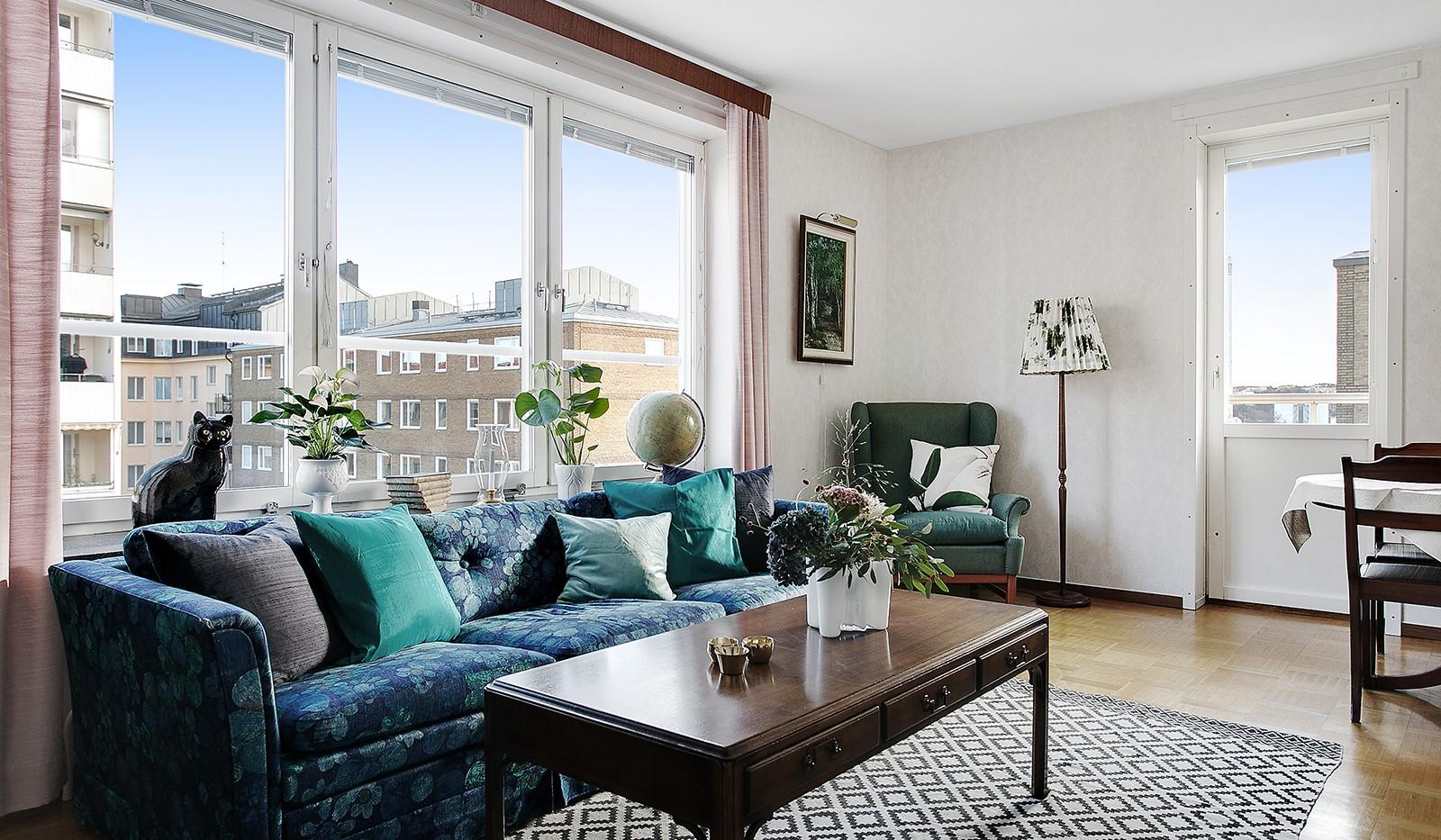 Bohusgatan 35, 5 tr - I vardagsrummet finns stora fönsterpartier i två väderstreck