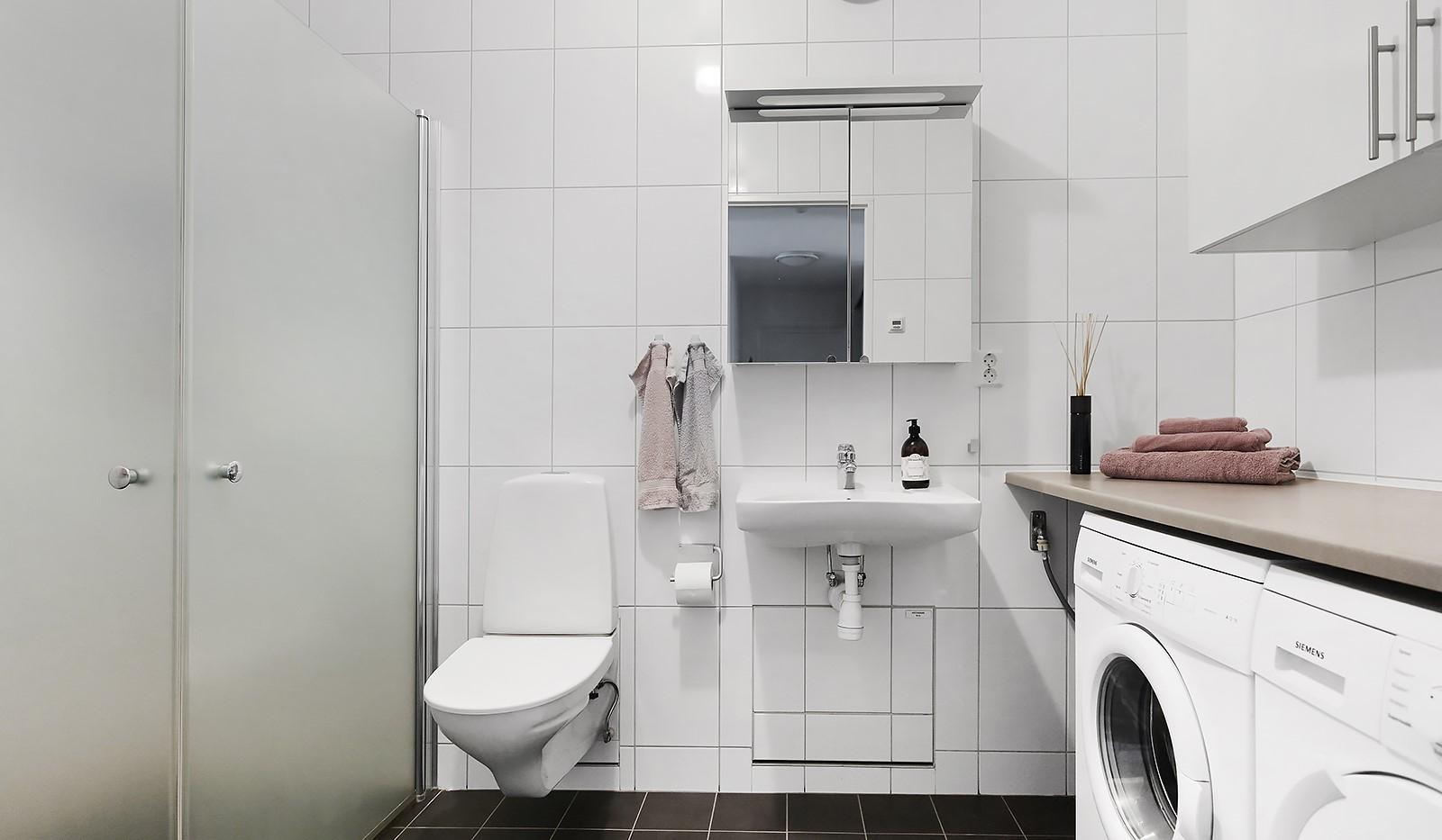 Marieviksgatan 40, 7 tr - Badrum med dusch och tvättdel.