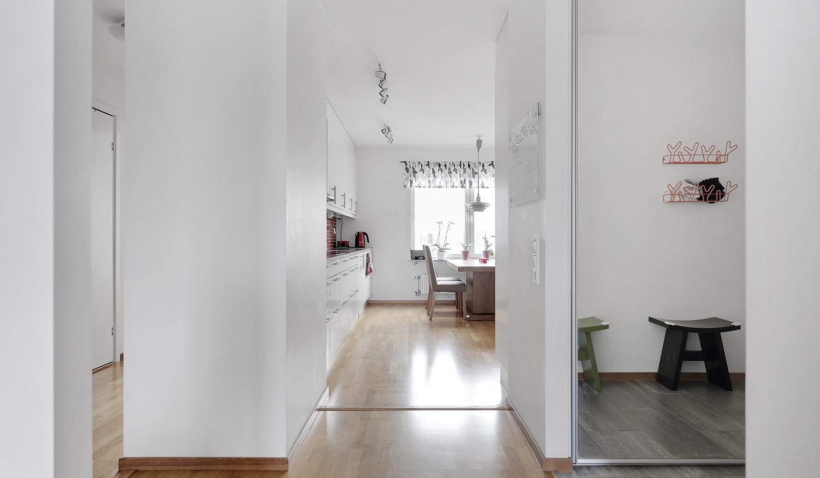 Marieviksgatan 40, 7 tr - Vy mot köket och hallen.