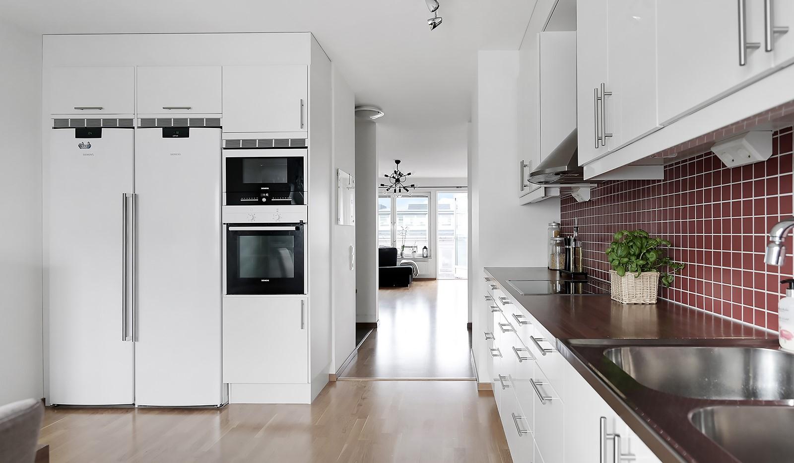 Marieviksgatan 40, 7 tr - Inbyggnadsugn och mikro samt fullstor kyl och frys.