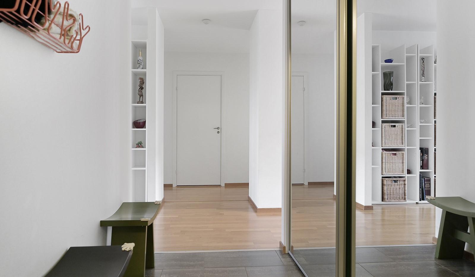Marieviksgatan 40, 7 tr - Hall med förvaring bakom speglade skjutdörrar.