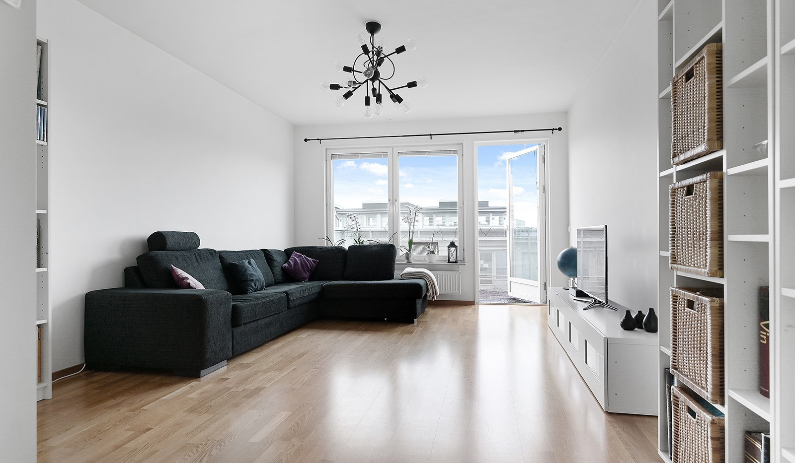 Marieviksgatan 40, 7 tr - Lättmöblerat rymligt vardagsrum med ett härligt ljusinsläpp från ett brett fönsterparti.