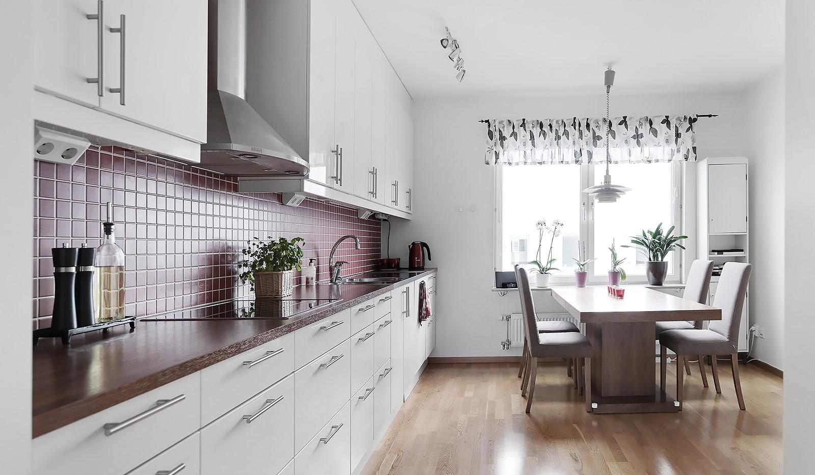 Marieviksgatan 40, 7 tr - Stilrent kök med bra matplats framför köksfönster släpper in gott om ljus.