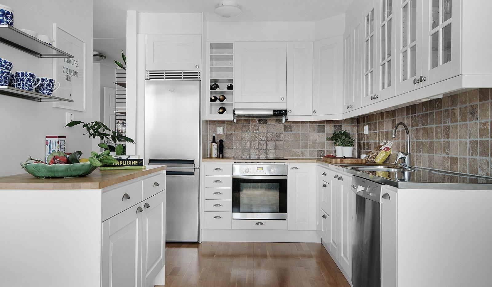 Vingårdsgatan 7 - Kök med gott av förvaring bakom vita luckor