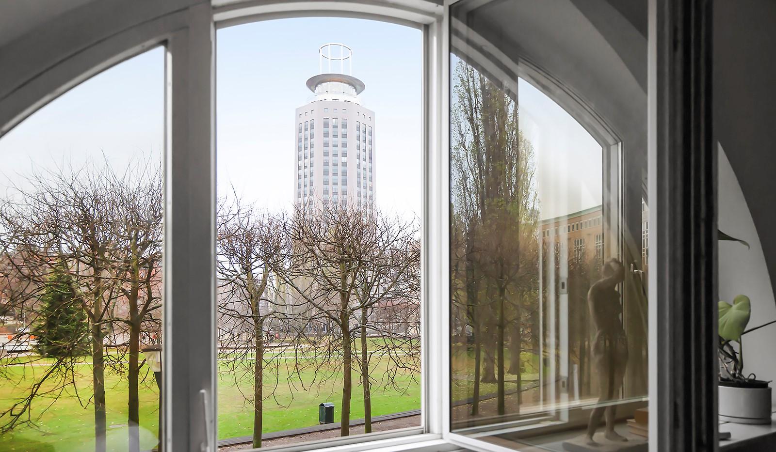 Fatburs Brunnsgata 31 - Bågfomade fönster med utsikt mot park