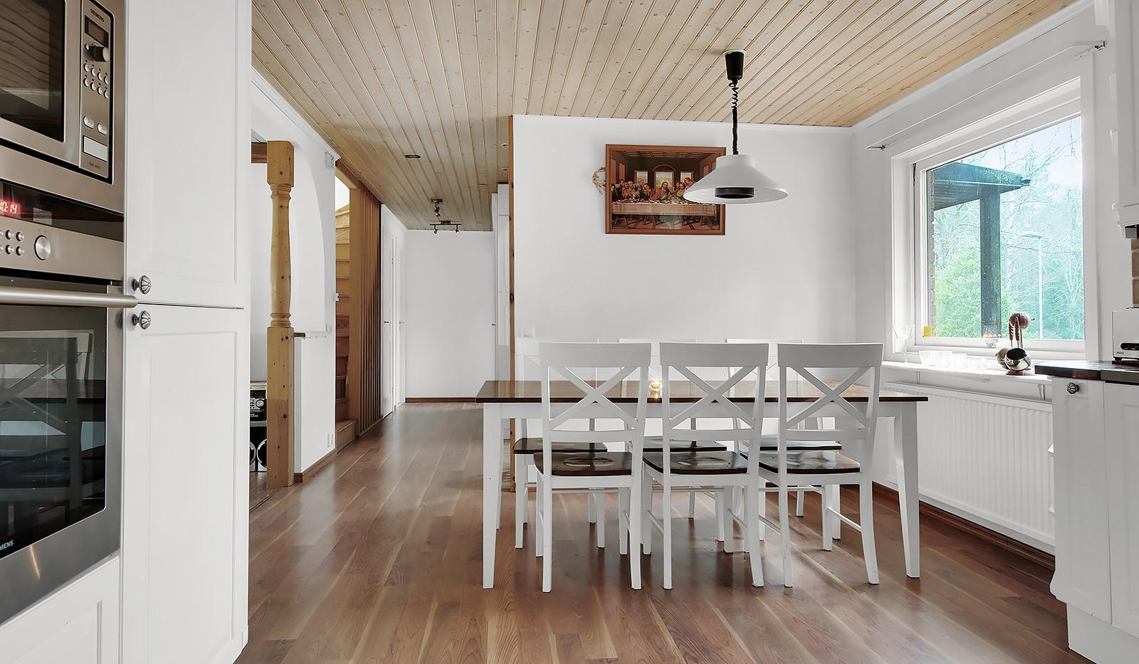 Murkelvägen 4 - Kök mot hall och vardagsrum