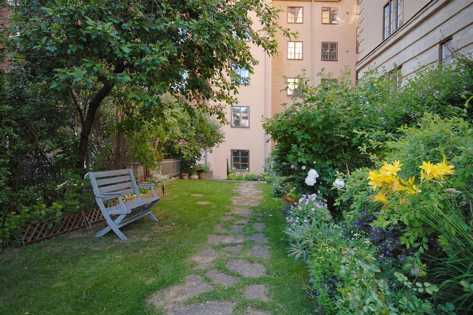 Heleneborgsgatan 12B - Trädgårdsgruppen håller innergården vacker med blommande färgglada blommor om sommaren.