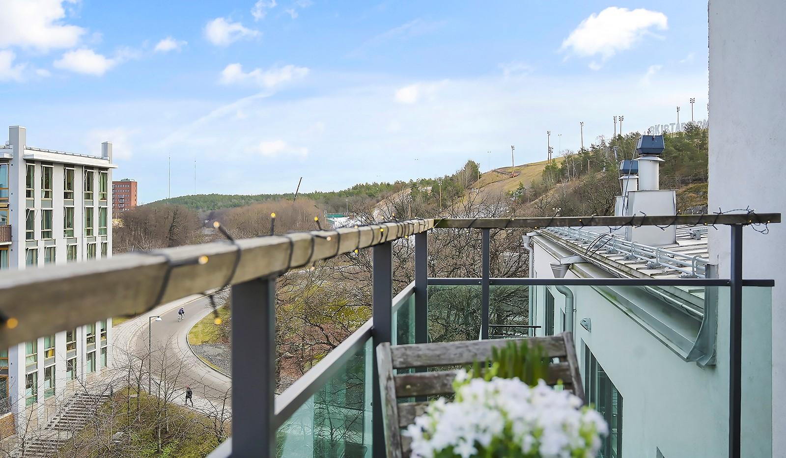 Midskeppsgatan 16, vån 6 - Dessutom har man en trevlig utsikt över Hammarbybacken och sjöglimt mot Sicklasjön