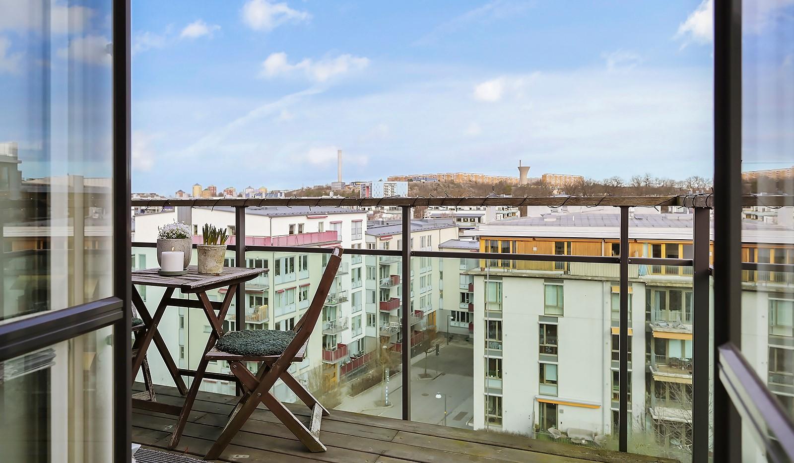 Midskeppsgatan 16, vån 6 - Balkongen är väl tilltagen och rymmer enkelt bord och stolar