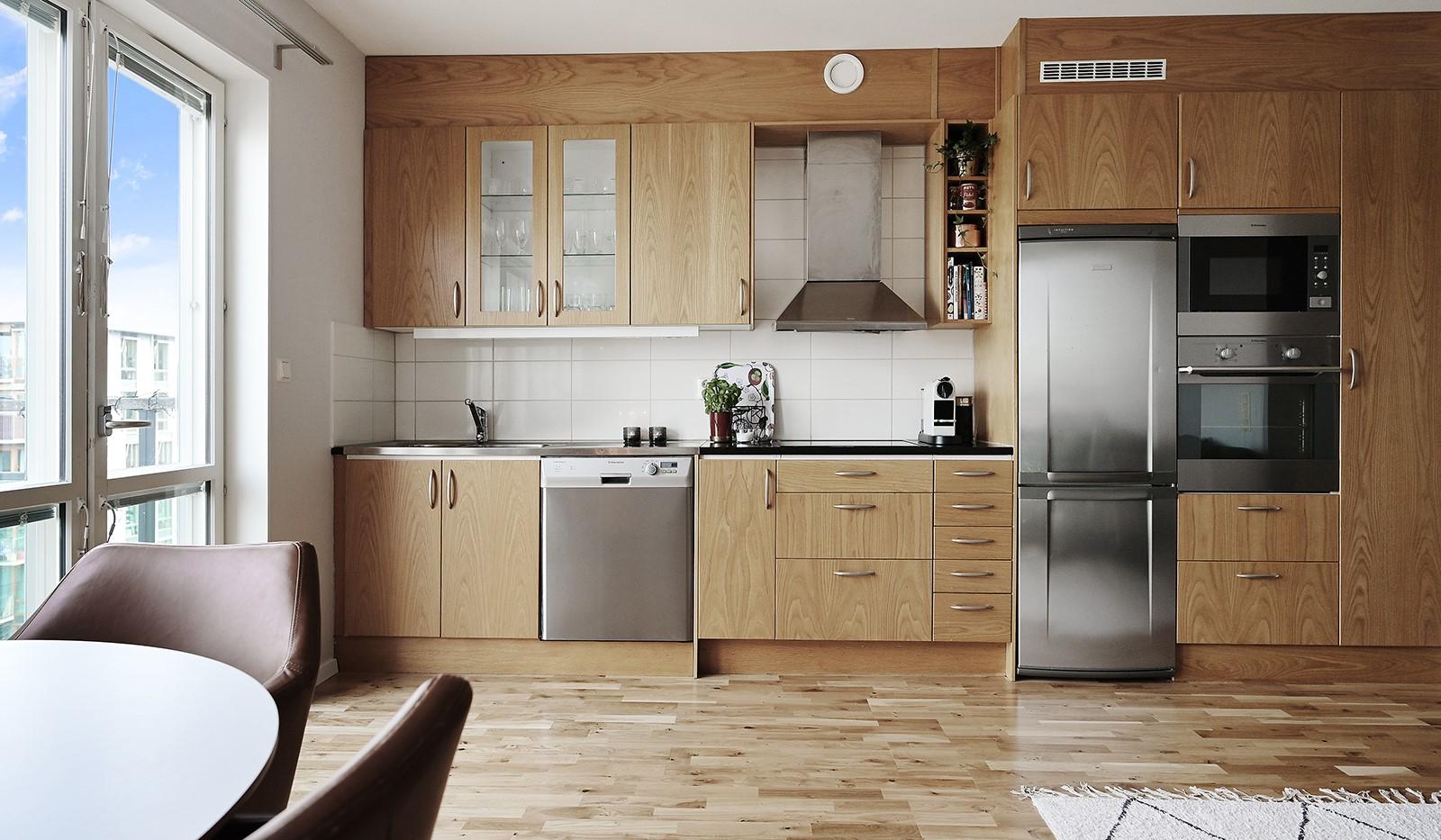 Midskeppsgatan 16, vån 6 - Snyggt och praktiskt kök med rostfria vitvaror