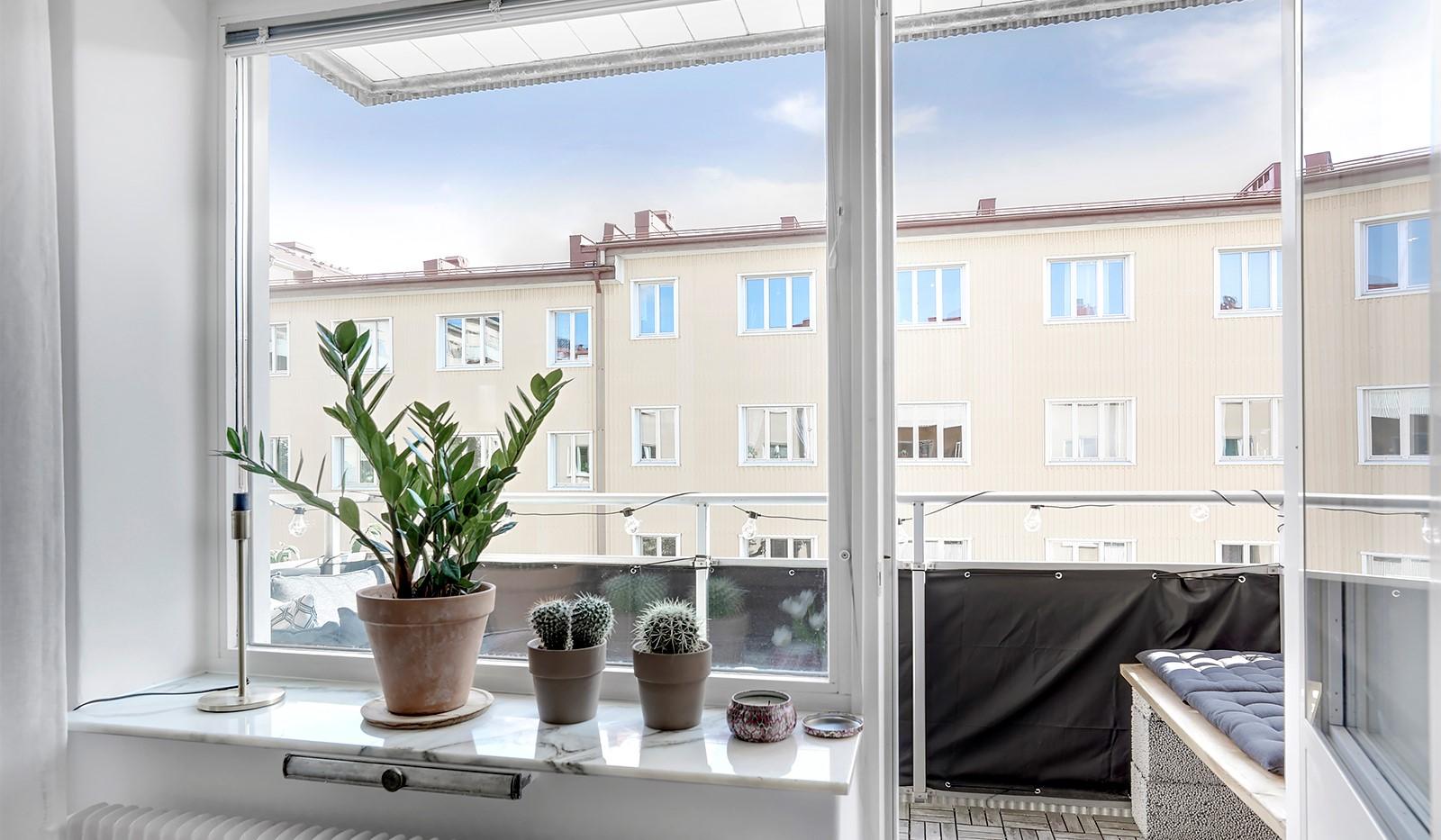 Råggatan 8, 1,5 tr - Fönsterpartiet i vardagsrummet släpper in massor av ljus