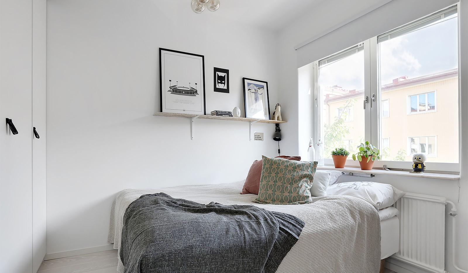 Råggatan 8, 1,5 tr - I sovrummet ryms en dubbelsäng och det finns förvaringsmöjligheter i flera garderober