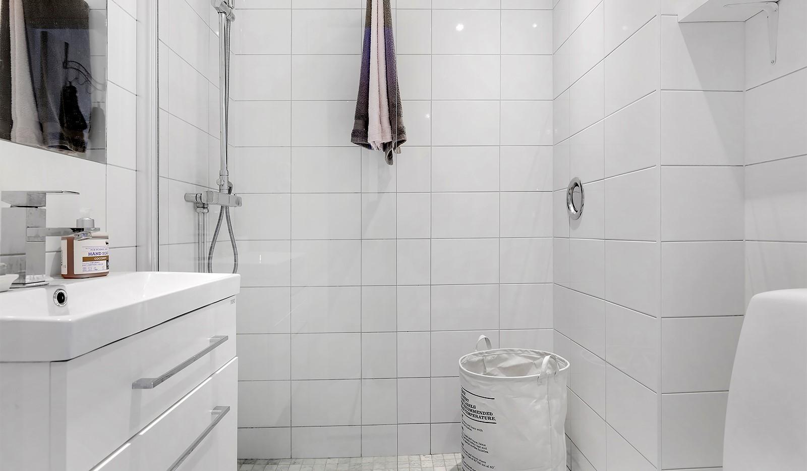 Råggatan 8, 1,5 tr - Från hallen nås det renoverade badrummet som är inrett i ljus färgskala