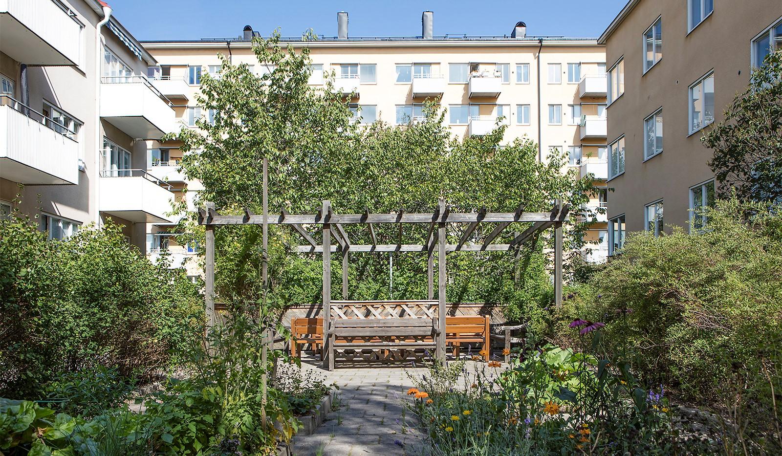Råggatan 8, 1,5 tr - Föreningen har en stor innergård med sittplatser och grillmöjligheter