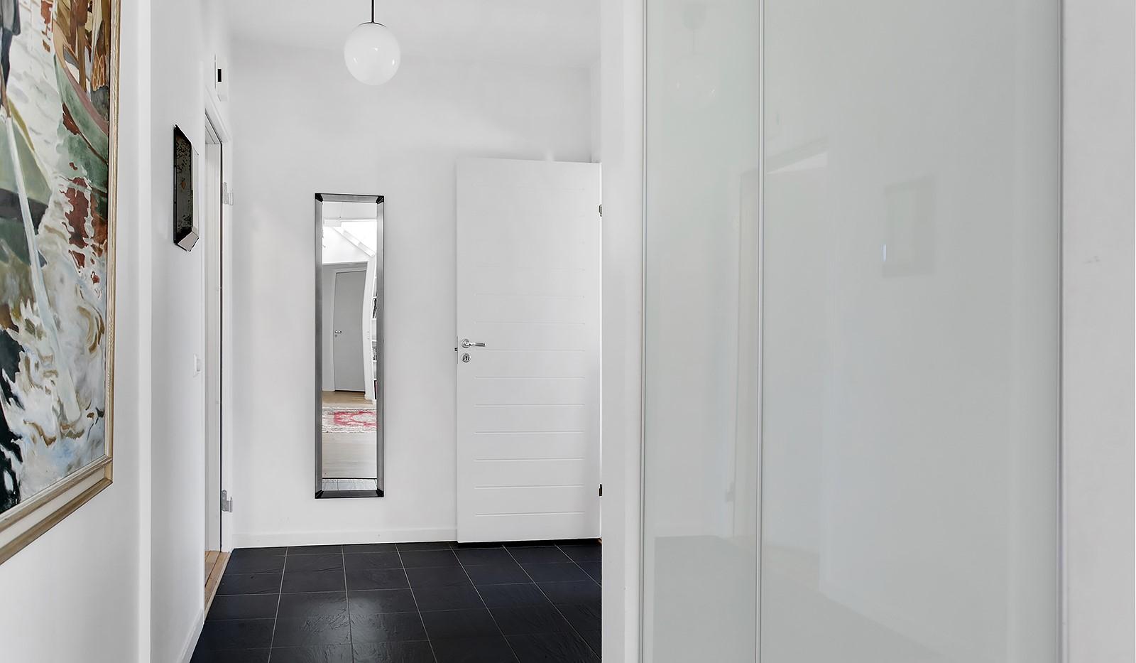 Sickla Kanalgata 64, vån 4 & 5 - Välkomnande hall med snyggt svart klinkergolv