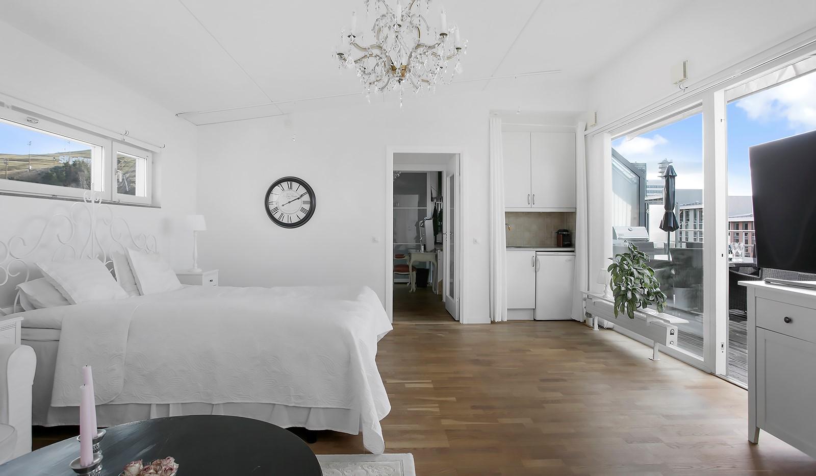 Sickla Kanalgata 64, vån 4 & 5 - Luftigt allrum med plats för soffa, gästsäng eller arbetsplats
