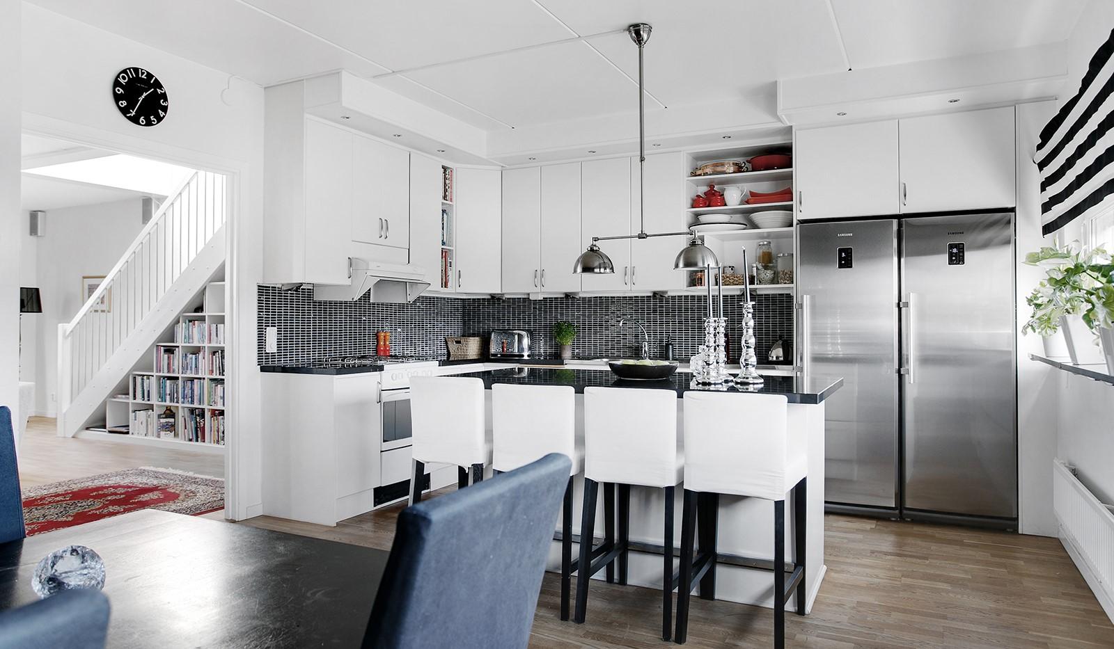 Sickla Kanalgata 64, vån 4 & 5 - Köket är socialt utformat med en köksö med bardel