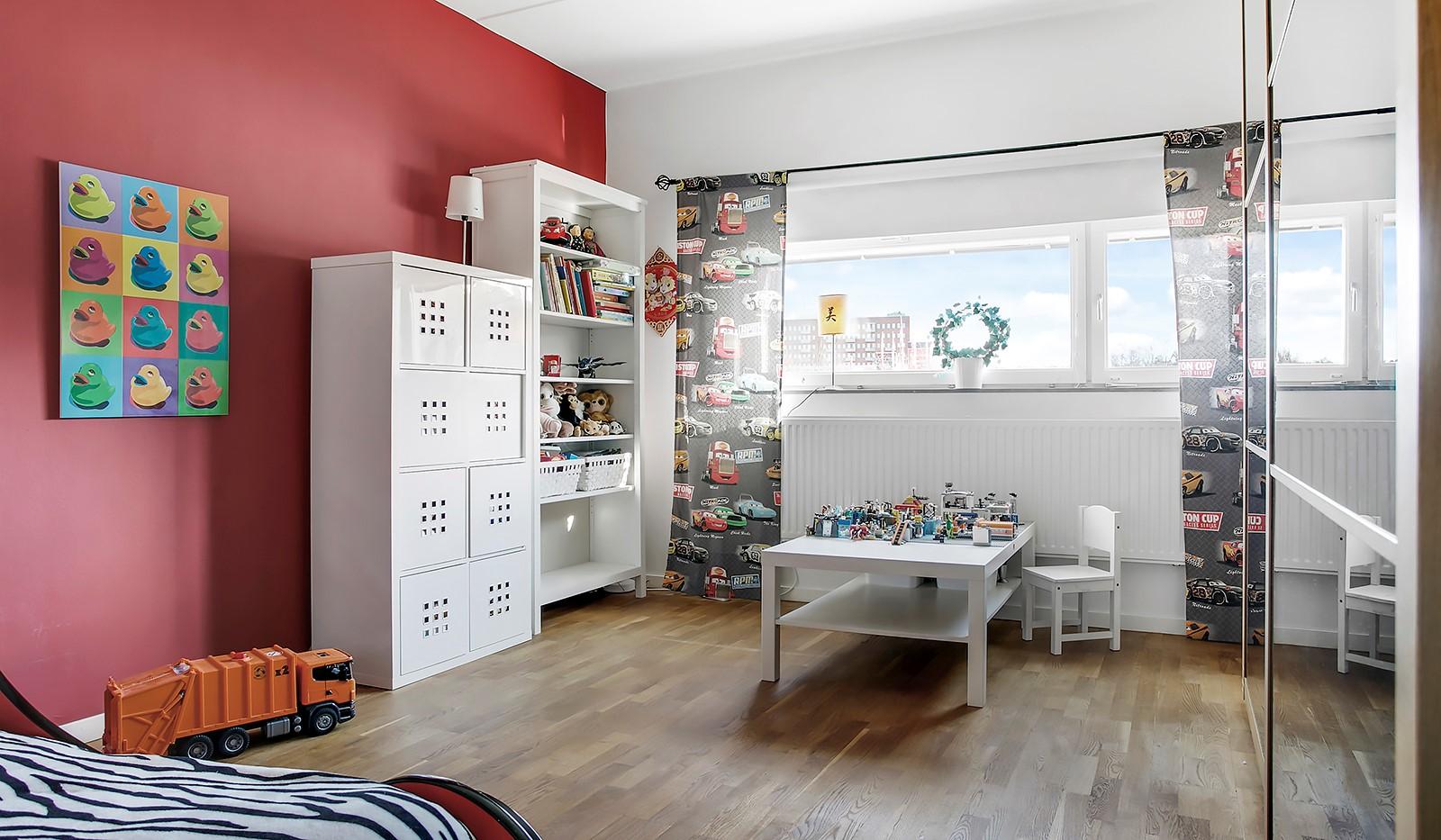 Sickla Kanalgata 64, vån 4 & 5 - Bostadens andra sovrum är väl tilltaget och även det beläget på entréplan