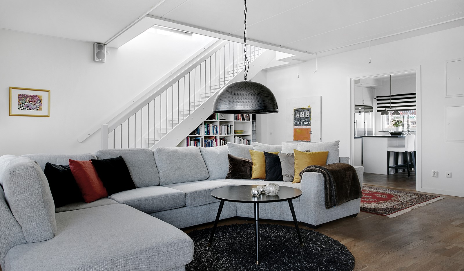 Sickla Kanalgata 64, vån 4 & 5 - Vardagsrummet ligger i anslutning till köket