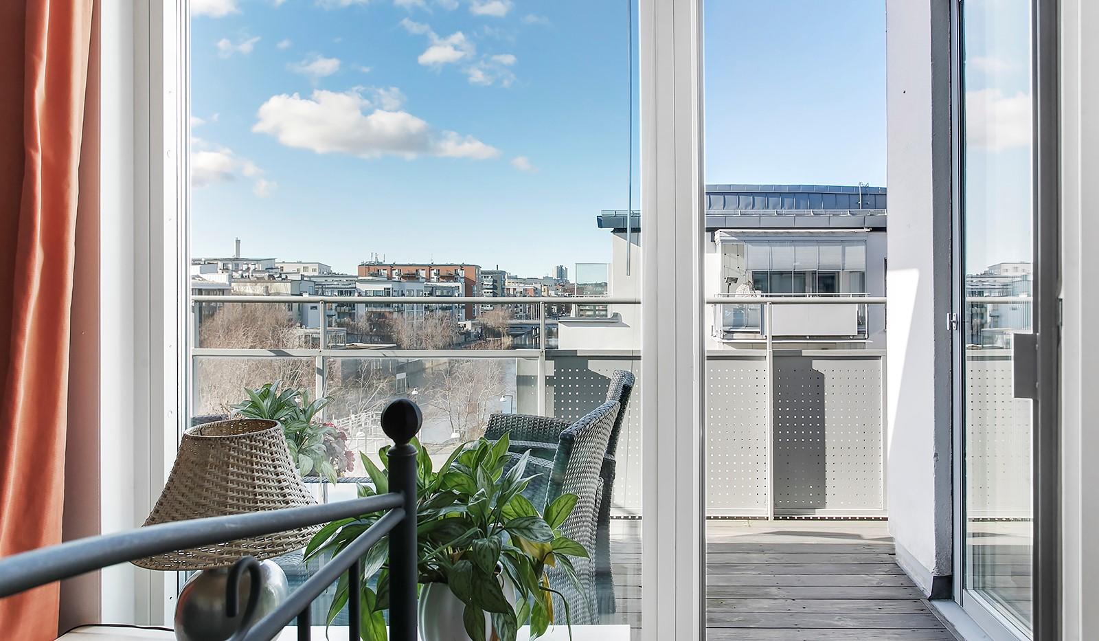 Sickla Kanalgata 64, vån 4 & 5 - Från sovrummet finns utgång till bostadens balkong