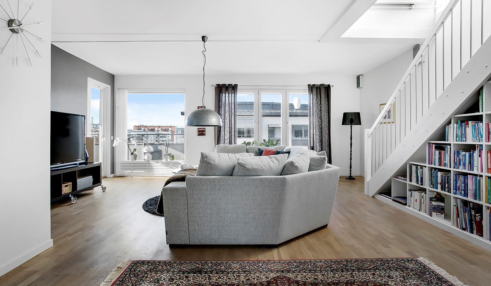 Sickla Kanalgata 64, vån 4 & 5 - Rymligt vardagsrum med plats för en ordentlig soffgrupp