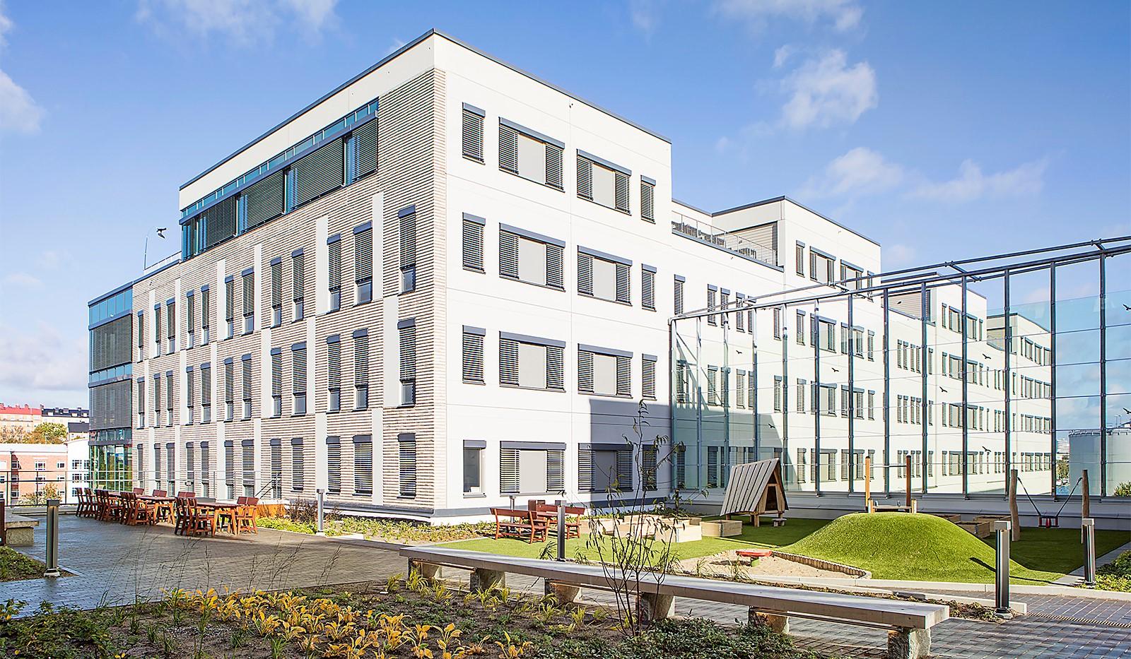 Fredriksdalsgatan 24, vån 6 - Föreningens innergård men utemöbler, lekplats och planteringar