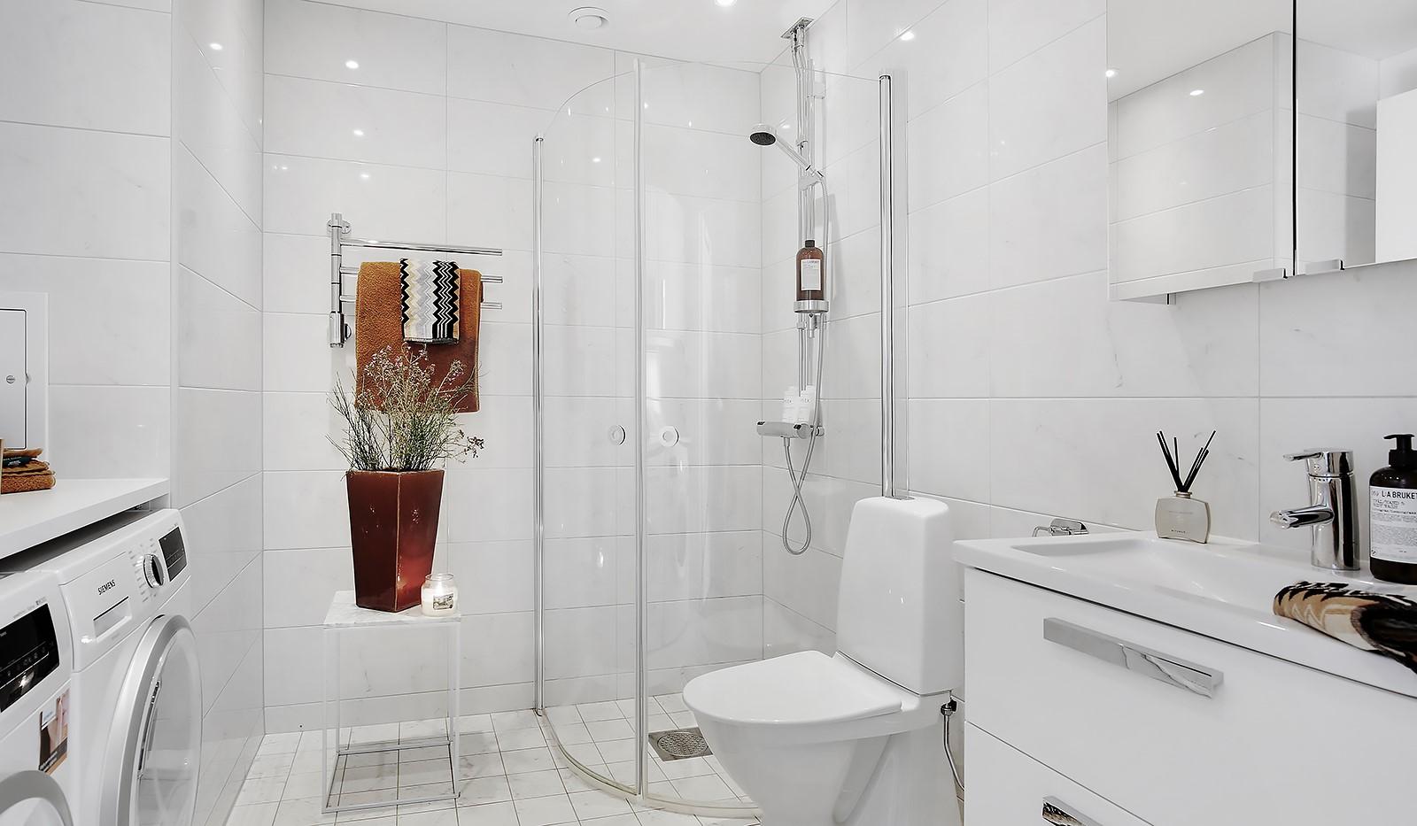 Fredriksdalsgatan 24, vån 6 - Stilrent badrum i Carraramarmor