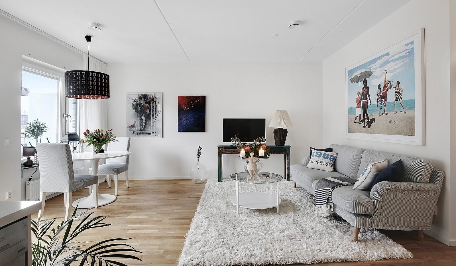 Fredriksdalsgatan 24, vån 6 - Trivsamma sociala ytor med plats för både soffa och matbord i vardagsrummet