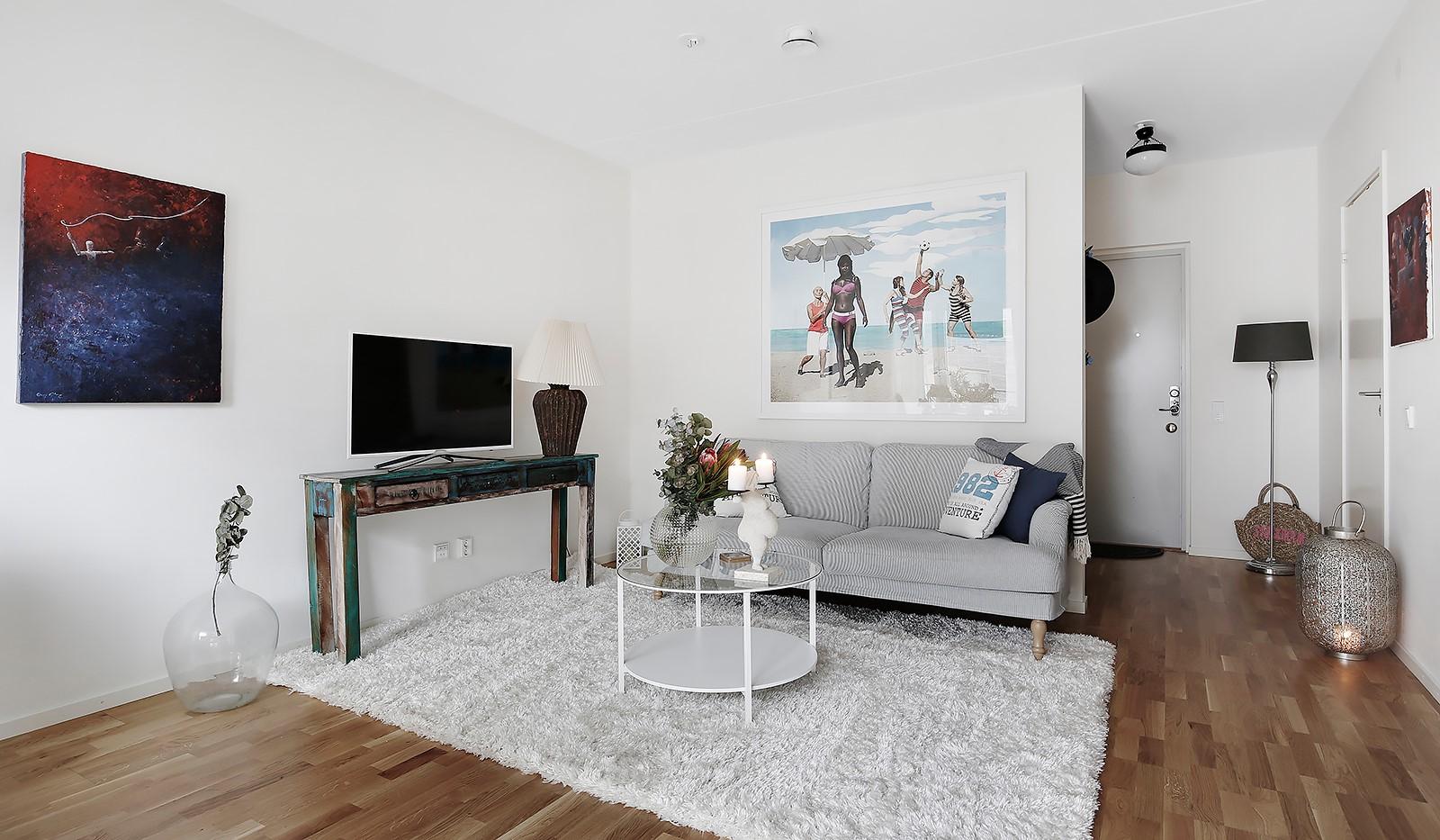 Fredriksdalsgatan 24, vån 6 - Vardagsrummet är lättmöblerat och rymmer soffa och soffbord
