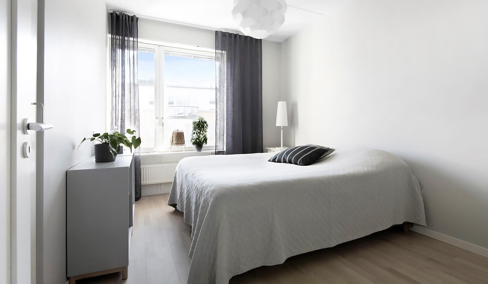 Babordsgatan 5, vån 3 - Rofyllt sovrum med plats för dubbelsäng och förvaring