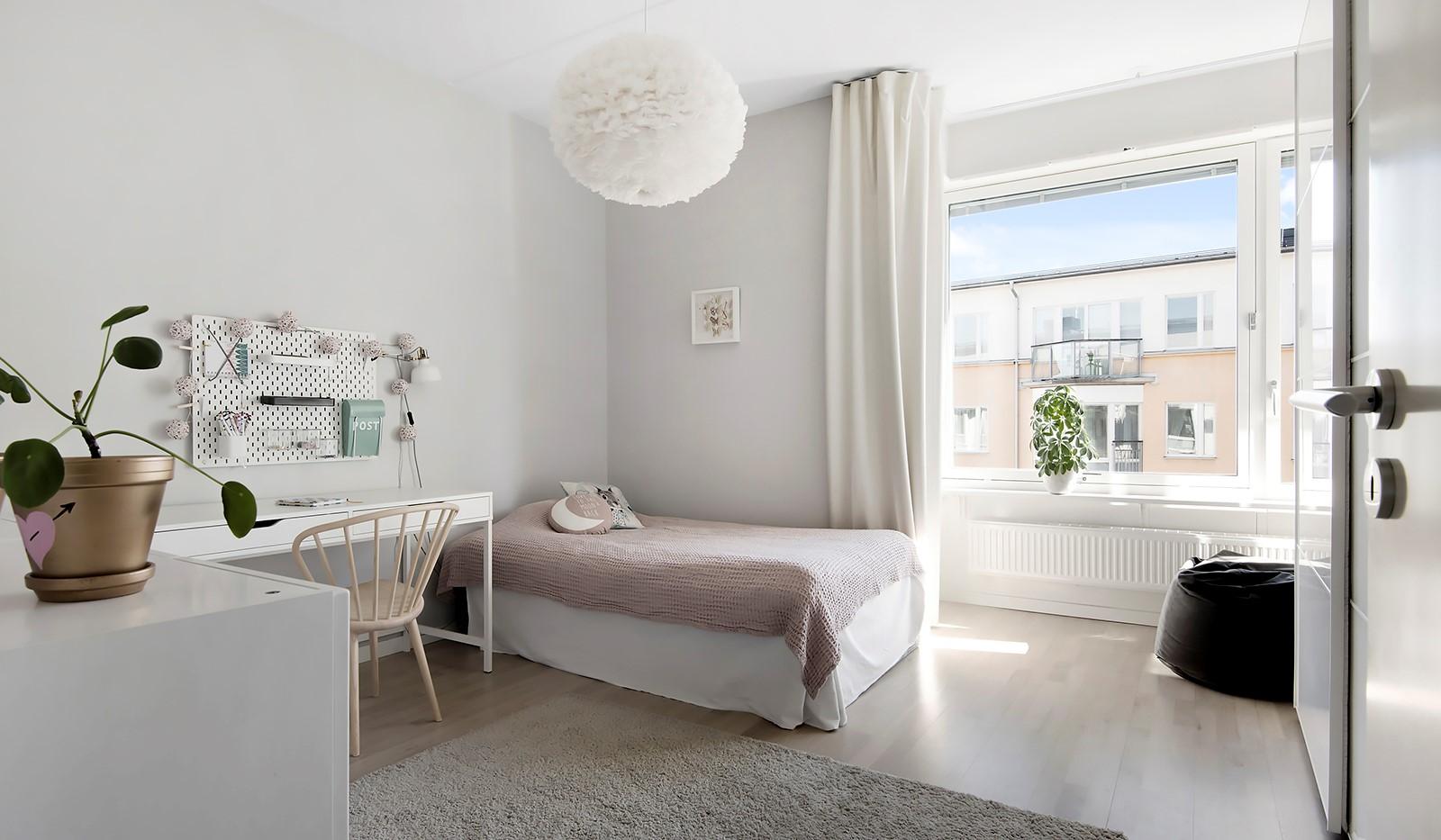 Babordsgatan 5, vån 3 - Rymligt sovrum med vackert burspråk