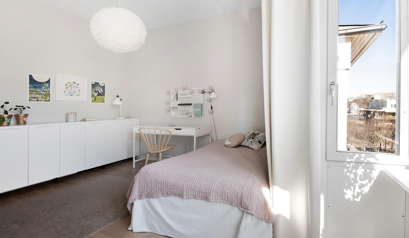 Babordsgatan 5, vån 3 - I sovrummet ryms både säng, skrivbord och förvaring