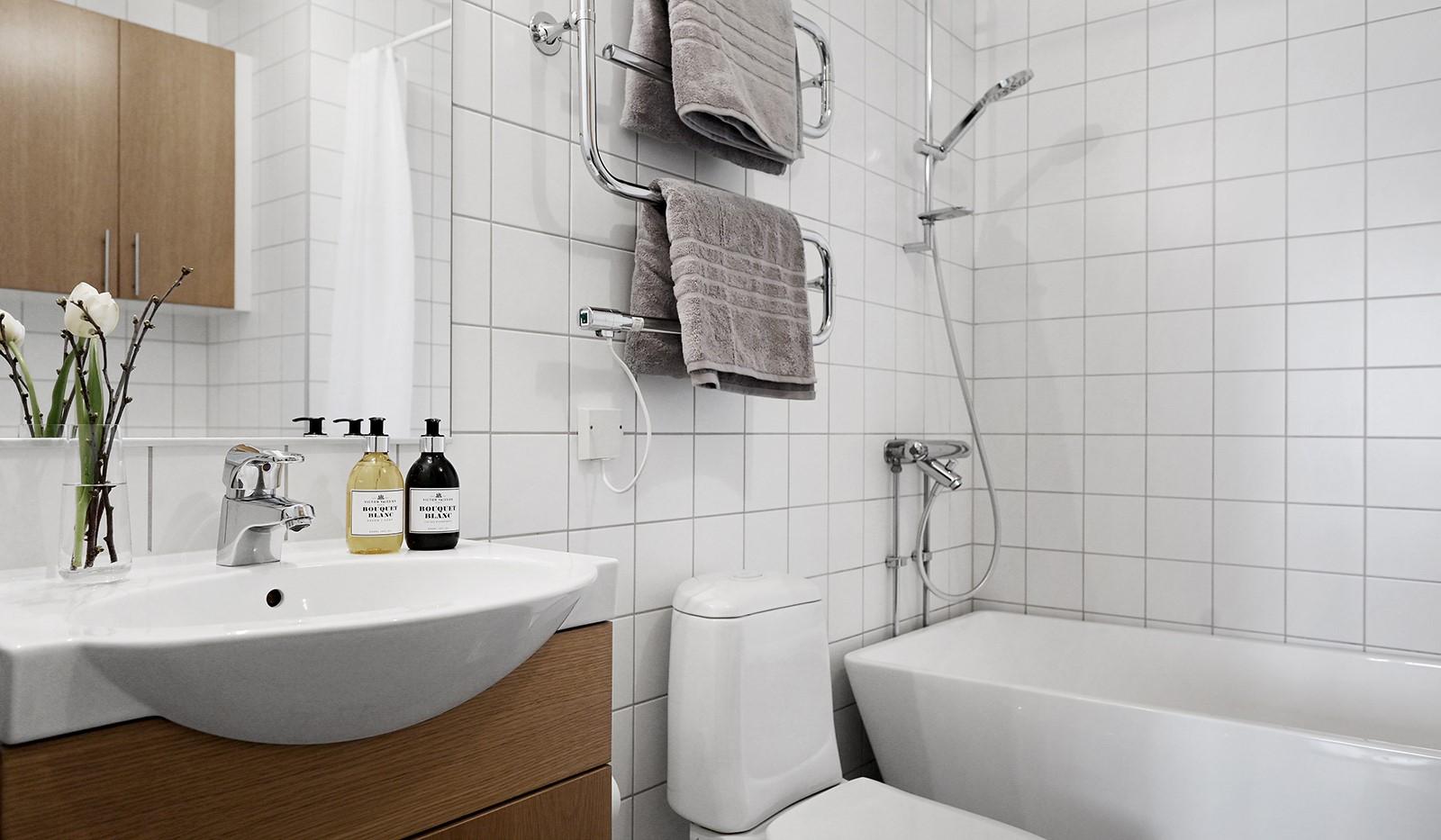 Hildebergsvägen 18, 4 tr - Helkaklat badrum med badkar