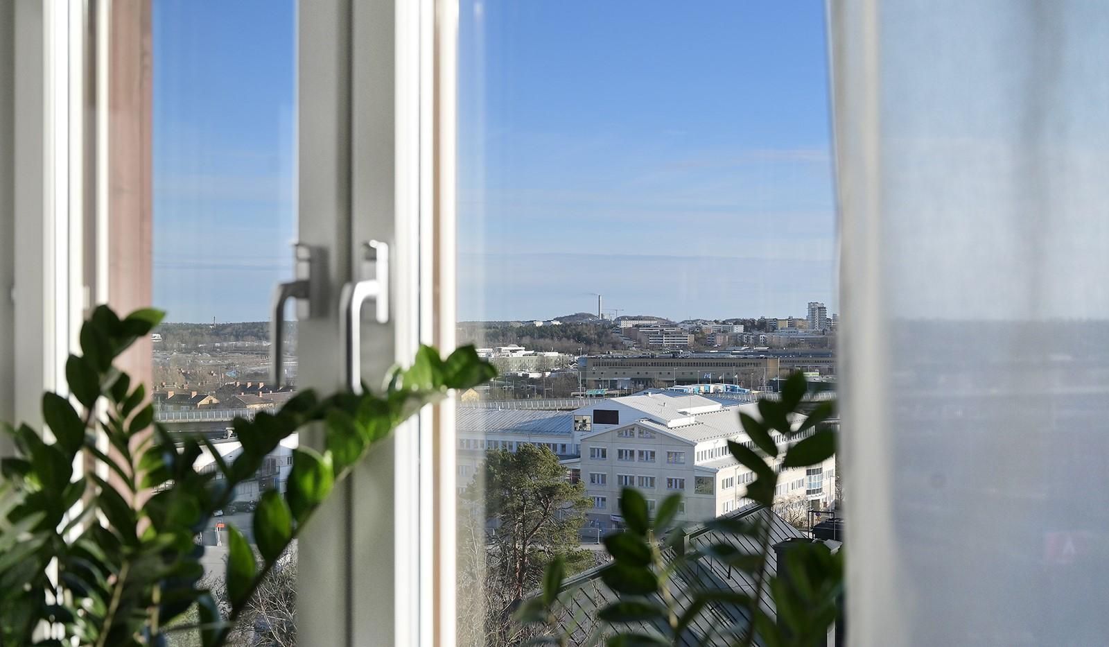 Hildebergsvägen 18, 4 tr - Köksfönster som bjuder på milsvid utsikt