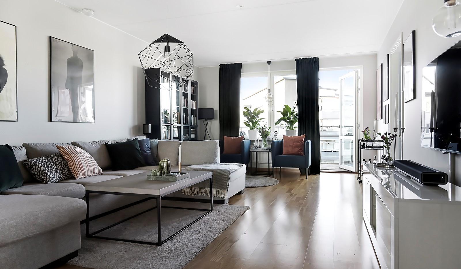 Hildebergsvägen 18, 4 tr - Vardagsrum med plats för stor soffa och tv-möbel